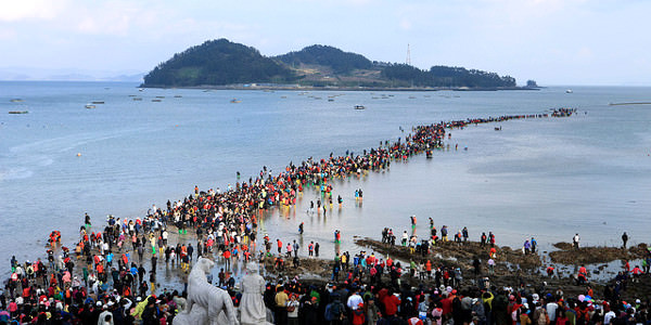 And look at the  crowd all walking towards the island itself! Source: holidaysia.com