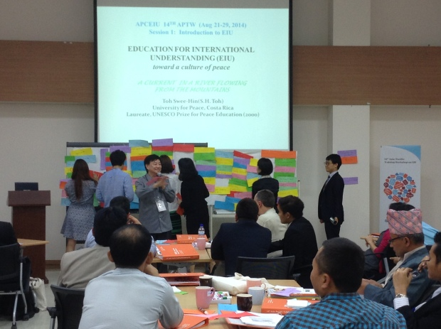 Dr. Toh conducting an activity at the 2014 Asia-Pacific Teacher's Workshop organized by APCEIU.